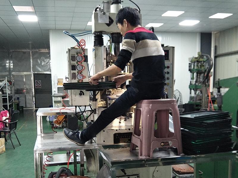 工人正在生产硬质合金冷墩挤压模