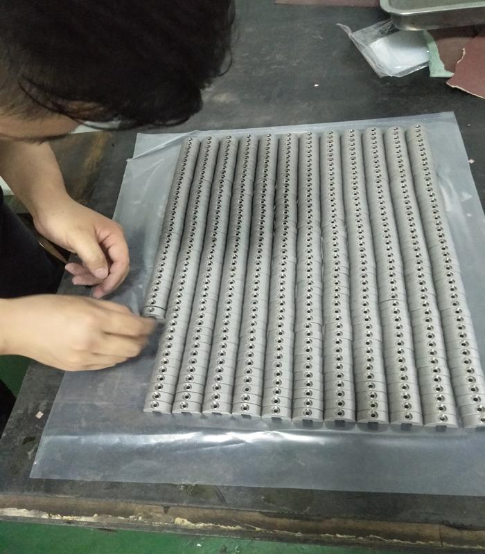 钨球吧网手机高清直播曲轴球吧网手机高清直播块是引擎上的一个重要的机件,其作用在于将活塞的上下运动转为曲轴上的圆周运动,与飞轮相连,减小四冲程引擎的振动性。有时,曲轴的另一端也会装上一减震器,其作用在于削弱由气缸输出端的曲轴产生的扭力振动。钨球吧网手机高清直播曲轴球吧网手机高清直播块有着特殊的形状,其目的在于减小曲轴的湍流。
